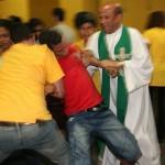 Igreja oferece sessões de exorcismo em missas de cura e libertação