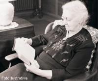 """Idosa carioca de 92 anos quer ler a Bíblia 210 vezes para cumprir """"sua missão com Deus"""""""