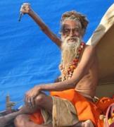 Homem mantem braço erguido a 38 anos em adoração ao deus Shiva