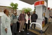 Pastor ora em bomba de combustivel para que preço da gasolina diminua