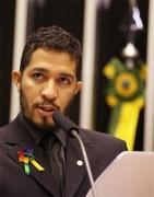 Jean Wyllys ameaça denunciar o Brasil a cortes internacionais por posições de religiosos contra homossexualidade