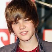"""Mãe de Justin Bieber tem coluna em jornal cristão e pede orações para que filho não caia na """"cultura de hollywood"""""""
