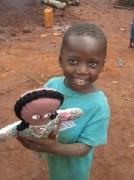 Boneca missionária de duas faces evangeliza aos mais pobres