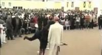 Pastor de    Igreja manda os fieis descer o cacete no capeta Pastor veste boneco como diabo e manda fiéis o agredirem com sapatos, bolsas e até muleta em igreja Boneco-diabo-pastor-200x108