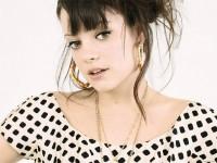 Famosa cantora secular Lily Allen revela que se converteu após igreja prestar carinho após realizar aborto
