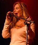 """Famosa cantora Rosana se converte, faz versão gospel de """"Como um deusa"""" e canta em boate gay"""