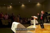 Aos gritos, criança de 4 anos prega em pulpito para igreja lotada