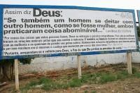 Pastor acionado na justiça por gays devido a versículos da Bíblia diz que chora e que vive em um país com ditadura
