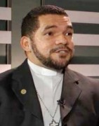 Líder de igreja gay de São Paulo diz que beber e fumar não é pecado e diz que sexo só depois do casamento é hipocrisia