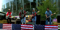 Banda secular Foo Fighters se veste de mendigos gays para caçoar de igreja evangélica que fazia protesto. Assista