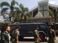 Homem-bomba explode em igreja evangélica após culto