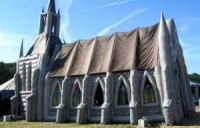 Conheça a Igreja Inflável, a solução para pastores que não podem construir um templo