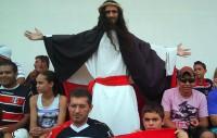 Fantasiado de Jesus, torcedor vira símbolo da torcida do Santa Cruz