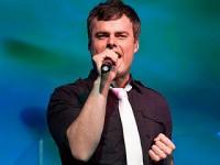 Famoso cantor gospel grava vídeo cantando música do Queen para entrar na banda