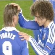 Durante partida, evangélico David Luiz ora com atacante para que ele volte a jogar bem e em seguida ele marca dois gols. Assista