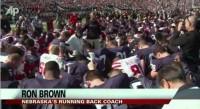 100 mil torcedores e jogadores de dois times se unem em silêncio durante oração feita em estádio