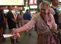 Brasileira de 82 anos passa metade da vida entregando folhetos evangelísticos em grande centro de Nova York
