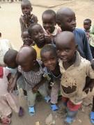 Membros de igreja se privam de refeições para alimentar crianças do Quênia