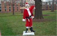 Indignados, cristãos protestam contra Papai Noel crucificado