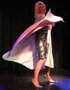 Pastora argentina realiza culto em boate com nudez e <span class=