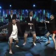 Em evento organizado por igreja jovens fazem apresentação em que dançam de cueca