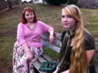 Depois de sua filha receber uma Bíblia na escola, bruxa protesta para que escolas distribuam livro de feitiços