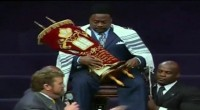 Rabino coroa bispo Eddie Long a Rei durante culto em Igreja Batista. Assista