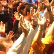 Pesquisa americana revela: as pessoas que frequentam a igreja são mais felizes