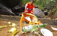"""Gari """"pai de santo"""" é escolhido para limpar restos de trabalhos de umbanda em mata porque os evangélicos tem medo"""