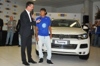 Contrato de Neymar com a Volkswagen inclui ônibus blindado para levar amigas da mãe do atacante à igreja