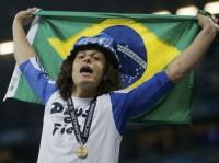 """Jogador evangélico David Luiz exibe camisa com a frase """"Deus é Fiel"""" após conquistar título da Liga dos Campeões com o Chelsea"""