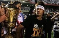 Evangélico, Neymar comemora título de campeão paulista pelo Santos com faixa escrito 100% Jesus e fazendo festa em boate