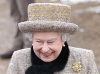 Em comemoração aos 60 anos de monarquia, Rainha Elizabeth II distribui Bíblias em igrejas e escolas