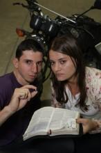 Mulher evangélica é alvejada por tiro e é salva pela Bíblia