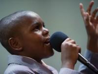 Menino de 11 anos é ordenado pastor e ministra cultos em igreja pentecostal