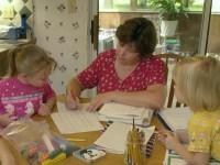 """Homeschrolling: Famílias cristãs preferem educar os filhos em casa para mantê-los longe de """"inversão de valores éticos"""" das escolas"""