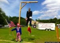 Pastor Terry Jones enforca boneco de presidente Barack Obama, como protesto a seu apoio ao casamento gay