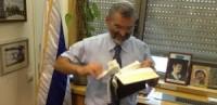 """Parlamentar israelense rasga exemplar do Novo Testamento e afirma que o livro é uma """"provocação""""; Governo do país repudiou o ato"""