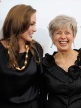 Cristã, mãe de Brad Pitt presenteia a nora budista Angelina Jolie com Bíblia especial e roupas mais femininas para a neta