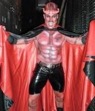 Homem vestido de diabo é preso ao tentar entrar em igreja