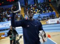 Atleta ganha medalha nas Olimpíadas e exibe Bíblia para a transmissão mundial como comemoração