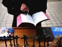 Cristãos contra o Casamento Gay: Pastor diz que gays seduzem crianças e católicos fazem oração contra casamento de pessoas do mesmo sexo, gays protestam