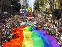 """Governo vai atrasar o """"plano pró-gay"""" para não perder votos entre evangélicos e católicos, afirma jornalista"""