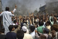 """Líder muçulmano rasga Bíblia em protestos contra polêmico filme """"A Inocência dos Muçulmanos"""""""