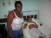"""Avó de menino ferido por vergalhão agradece a Deus por livramento: """"A mão dEle que salvou meu neto"""""""