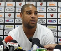 Torcedor evangélico vai ao Flamengo para orar por Adriano