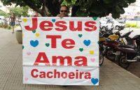 """Evangélico faz vigília na porta do hospital onde Carlinhos Cachoeira está internado, carregando cartaz com a frase """"Jesus te ama, Cachoeira"""""""