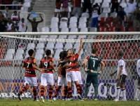 """Jogador do Flamengo faz gol de ombro e afirma que """"foi Deus"""" quem direcionou a bola"""