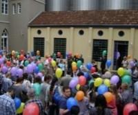 No Dia da Bíblia, igreja inovou ao evangelizar através de balões com mensagens bíblicas
