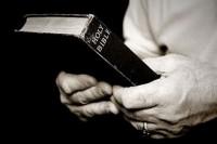Policial atira e mata um homem após confundir Bíblia com arma; Família pede justiça